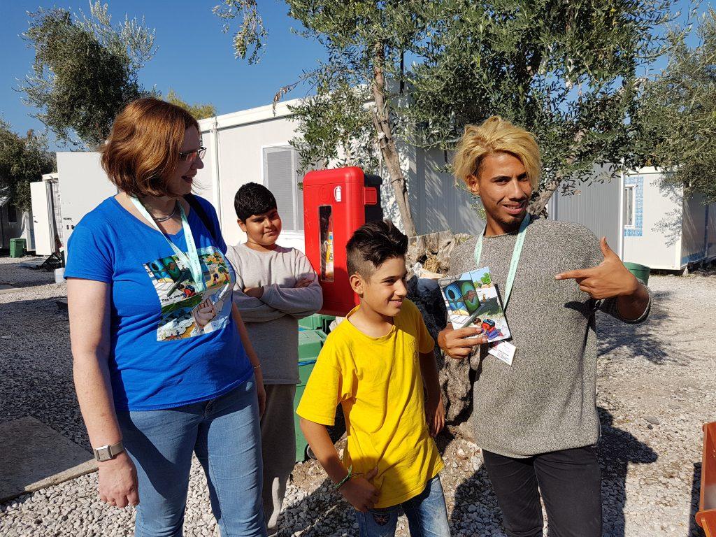 Boeken uitdelen in vluchtelingenkamp Kara Tepe Lesbos
