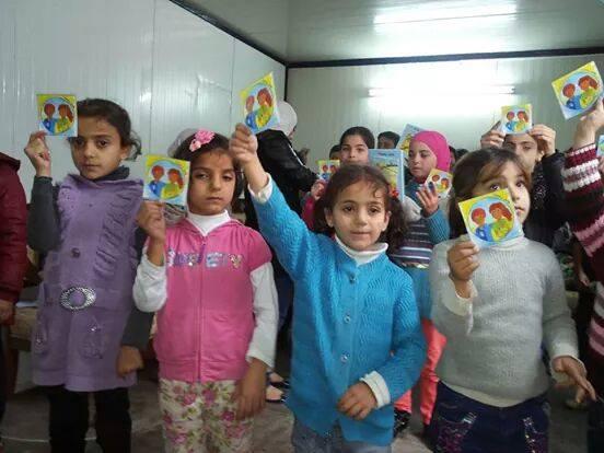 Syrische kinderen met Jamil&Jamila sticker