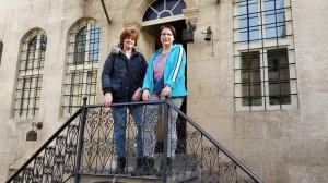 Elsbeth en Esther op de trap voor het hotel
